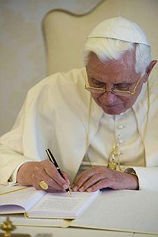 BenedettoXVI firma l'Enciclica Caritas in Veritate