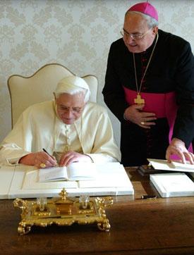 Il Santo Padre firma la nuova Enciclica